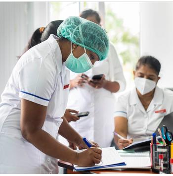 تدريب مختص للعاملين الصحيين على التطعيم ضد كوفيد-19